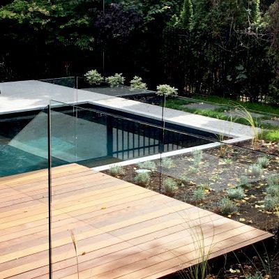 terrasse-de-bois-exotique-parois-de-verre
